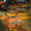 Vehículo autoguiado que se conecta con una cinta transportadora aérea