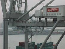 2 container cranes (ship to shore)