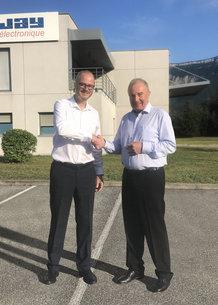 François Bernès, CEO de Conductix-Wampfler, y Olivier Normand, CEO de Jay Electronique, sellan la exitosa adquisición de Jay Electronique por parte de Conductix-Wampfler